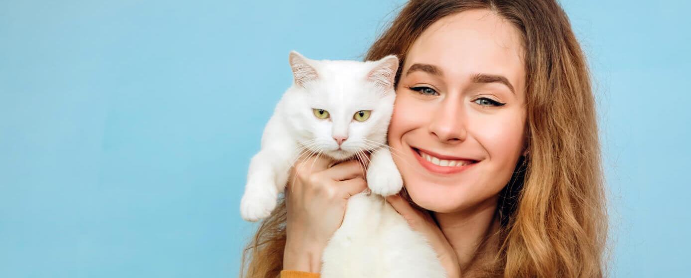 Mujer feliz con gato